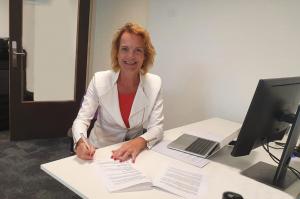 Marjoleine van der Zwan tekent contract Zilveren Kruis